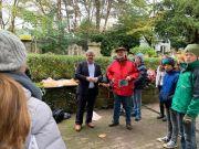Der Bürgermeister von Deidesheim, Herr Dörr, besucht uns mit Brötchen und bedankt sich bei den Schülern und Herrn Ratter für die Pflegaktion.